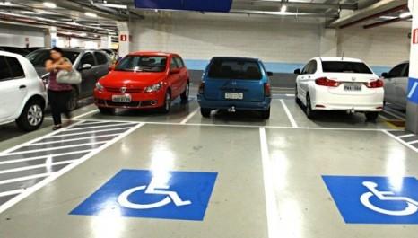 Punição por estacionamento irregular em vaga especial