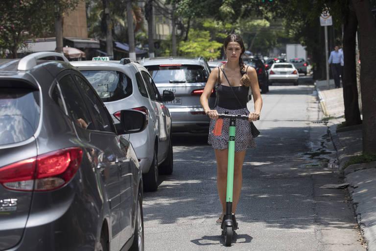 Patinete ganha calçadas no Itaim-Bibi e incomoda mais parada que andando